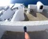 スリル満点!エーゲ海サントリーニ島の白い家を次々と飛び移るフリーランニング動画