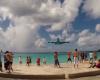 マホ・ビーチ名物の低空飛行する飛行機を待つ観光客を襲った悲劇・・・