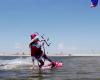 サンタが南の島でキレッキレッのカイトサーフィンを楽しんでる!